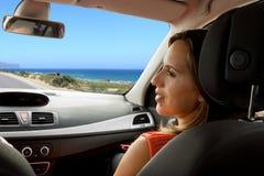 Женщина наслаждаясь новым автомобилем с супругом Стоковая Фотография