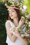 Женщина наслаждаясь очищенностью весны стоковая фотография rf