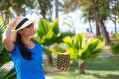 Женщина наслаждаясь питьем ананаса на солнечный день Стоковое Изображение