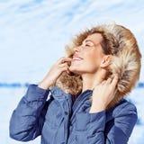 Женщина наслаждаясь природой зимы Стоковые Изображения