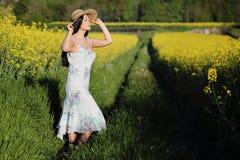 Женщина наслаждаясь солнцем лета стоковая фотография