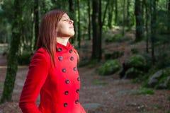 Женщина наслаждаясь теплом солнечного света зимы стоковая фотография