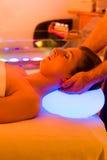 Женщина наслаждаясь терапией в курорте с терапией цвета стоковое фото