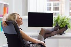 Женщина наслаждаясь успешным днем на работе стоковые фото