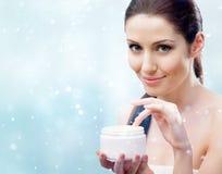 Женщина начиная приложить moisturizing маску Стоковые Фото