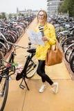 Женщина на автостоянке велосипеда в Амстердаме Стоковая Фотография RF