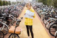 Женщина на автостоянке велосипеда в Амстердаме Стоковое Изображение RF