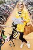 Женщина на автостоянке велосипеда в Амстердаме Стоковое Изображение