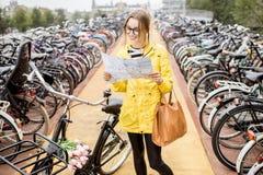 Женщина на автостоянке велосипеда в Амстердаме Стоковое Фото