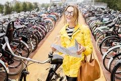 Женщина на автостоянке велосипеда в Амстердаме Стоковые Фотографии RF