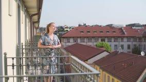 Женщина на балконе видеоматериал