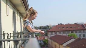 Женщина на балконе акции видеоматериалы