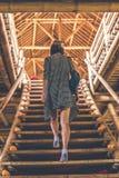 Женщина на бамбуковых лестницах Бамбуковая гостиница eco стоковые фотографии rf