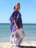 Женщина на береге моря Стоковое Изображение RF