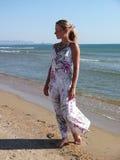 Женщина на береге моря Стоковое Фото