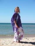 Женщина на береге моря Стоковые Изображения RF