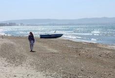 Женщина на береге моря Стоковые Изображения