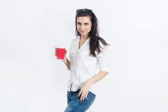 женщина на белой стене с на вынос кофе Стоковая Фотография RF