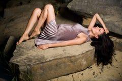 Женщина на больших камнях Стоковое Изображение RF