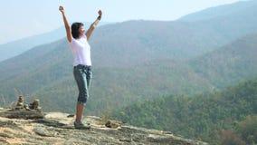 Женщина на верхней части mountain_4K_1 видеоматериал