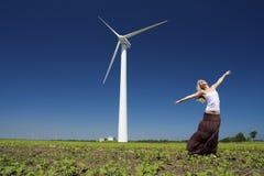 Женщина на генераторе энергии ветра Стоковое Изображение RF