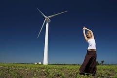 Женщина на генераторе энергии ветра Стоковое фото RF