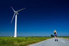 Женщина на генераторе энергии ветра Стоковая Фотография RF