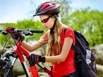 Женщина на горе езды велосипеда Девушка путешествуя в парке лета Стоковая Фотография