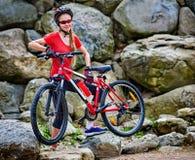 Женщина на горе езды велосипеда Стоковая Фотография