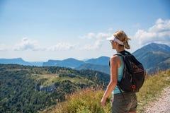 Женщина на горной тропе стоковые изображения