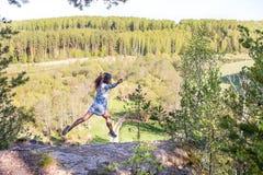 Женщина на горном пике стоковое изображение