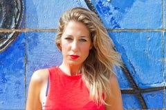 Женщина на голубой стене стоковые изображения rf