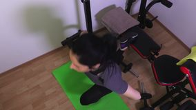 Женщина на делать стенда спортзала сидит поднимает на одной ноге акции видеоматериалы