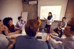 Женщина на деловой встрече с бизнесменами группы Стоковые Изображения
