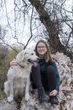 Женщина на дереве наслаждаясь днем с собакой стоковые фотографии rf