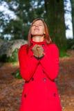 Женщина на лесе моля и наслаждаясь тепло солнечного света зимы стоковая фотография rf