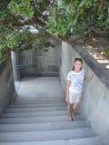 Женщина на лестницах стоковые изображения rf