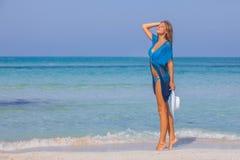 Женщина на летнем отпуске пляжа тонком и красивом стоковое изображение rf
