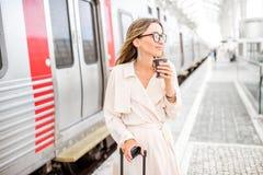 Женщина на железнодорожном вокзале Стоковые Фотографии RF