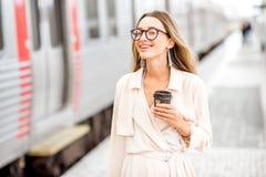 Женщина на железнодорожном вокзале Стоковые Фото