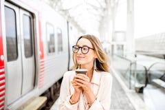 Женщина на железнодорожном вокзале Стоковая Фотография RF