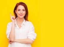 Женщина на желтой предпосылке стоковые изображения rf