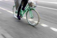 Женщина на зеленом велосипеде Стоковые Фотографии RF