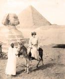 Женщина на их ослах на Гизе вне Каира, Египта 1880 стоковые фотографии rf