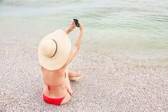 Женщина на каникулах делает автопортрет умным телефоном Стоковая Фотография RF