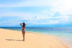Женщина на каникуле Фото пляжа лета девушка пляжа красивейшая Стоковое фото RF