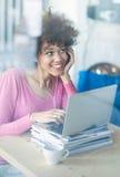 Женщина на кафе через окно стоковое изображение rf