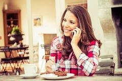 Женщина на кафе стоковая фотография