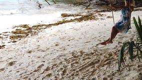 Женщина на качании Digue Ла видеоматериал