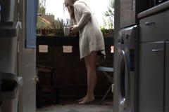 Женщина на кофе балкона Стоковое фото RF